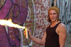 Le rebelle de jeunes réclame un rassemblement contre la tyrannie des autorités parmi le burning d'une manière d'allée Cocktails M Images libres de droits