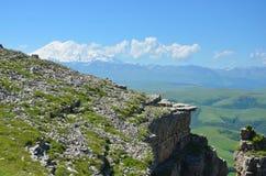 Le rebord rocheux sur un fond de montagne Image stock