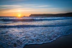 Le recouvrement ondule au coucher du soleil Photo libre de droits