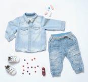 Le regard à la mode de denim de vue supérieure du bébé garçon vêtx avec le jouet et le snea Image libre de droits