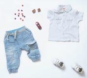 Le regard à la mode de denim de vue supérieure du bébé garçon vêtx avec le jouet et le sswe Image libre de droits
