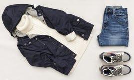 Le regard à la mode de mode de vue supérieure des enfants vêtx sur le fond en bois blanc mode de gosses Ressort, équipement d'aut Photographie stock
