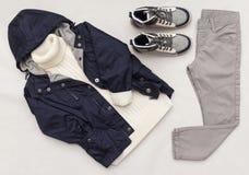 Le regard à la mode de mode de vue supérieure des enfants vêtx sur le fond en bois blanc mode de gosses Ressort, équipement d'aut Photos stock