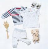 Le regard à la mode de vue supérieure du bébé garçon vêtx avec le jouet et les espadrilles Photo stock