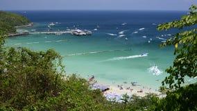 Le regard élevé de vue vers le bas à la plage le jour ensoleillé peut voir le bateau de vitesse se déplacer autour de Koh Lan Isl banque de vidéos
