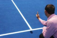 Le regard d'arbitre de chaise à la marque sur la cour et indique que la boule était  photographie stock libre de droits