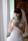 Le regard de jeune mariée à l'hublot Photos libres de droits