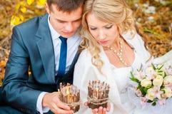 Le regard de jeunes mariés à la lueur d'une bougie images stock