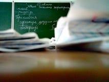 Le regard de l'étudiant sur le tableau noir photos libres de droits