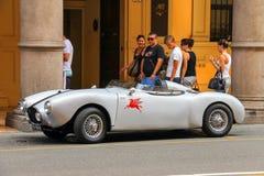 Le regard de personnes à une voiture de sport d'antiquité a garé à Bologna Photos libres de droits