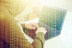 Le regard de programmeur de pirates informatiques sur l'écran et écrit l'information et le compte utilisateur d'entaille de code  photographie stock