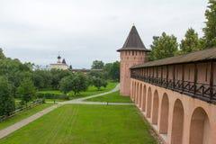 Le regard des murs et des tours du monastère de Spaso-yefimiev dans Suzdal Russie Images stock