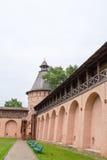 Le regard des murs et des tours du monastère de Spaso-yefimiev dans Suzdal Russie Photographie stock