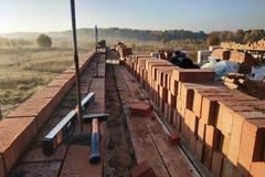 Le regard du mur de briques le long des outils de premier plan image stock