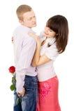 Le regard fixe de fille juste, l'ami donnent généreusement des roses Photographie stock