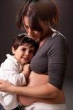 Le regard fixe de maman et de fils Image libre de droits