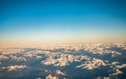 Le regard par les avions de fenêtre pendant le vol une neige a couvert l'italien et l'Osterreich Images libres de droits