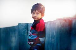Le Regard-portrait d'un petit enfant indien mignon à goden le lo d'heure Photographie stock libre de droits