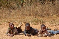 Le regard sur les visages des enfants de l'Afrique - village Pomeri Images libres de droits