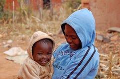 Le regard sur les visages des enfants de l'Afrique - village Pomeri Image stock