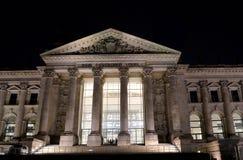 Le Reichstag, Berlin, Allemagne, illuminée la nuit photographie stock