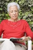 Le relevé aîné de dame Photographie stock libre de droits