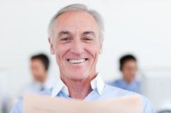 Le relevé aîné de sourire d'homme d'affaires Photos libres de droits