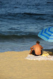 Le relevé d'homme à la plage Image libre de droits