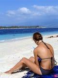Le relevé de femme à la plage Photo stock
