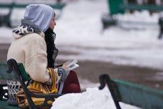 Le relevé de fille en stationnement Photos libres de droits