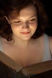 Le relevé de l'adolescence attrayant un livre Photo stock