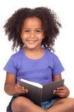 Le relevé de petite fille d'étudiant avec un livre image stock