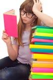 Le relevé intelligent de fille d'école photo stock