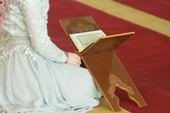 Le relevé musulman Coran de fille Image stock