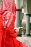 Le relevé musulman Qur'an de fille Photos libres de droits