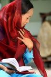 Le relevé musulman Qur'an de fille Photos stock