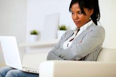 Le relevé r3fléchissant de jeune femme sur l'écran image stock