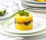 Le rellena de Causa a servi d'un plat avec le persil et la ciboulette Images libres de droits