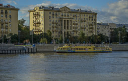 Le remblai de la rivière de Moscou en parc de Gorki Photo libre de droits