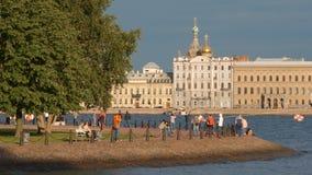Le remblai de la rivière de Neva et les gens marchent pendant le jour d'été Photographie stock