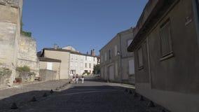 Le remblai de la rivière la Seine à Paris - la porte est antique et autre sur la rue paris france banque de vidéos