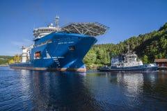 Le remorquage du géant de la Mer du Nord de système mv a commencé Images libres de droits
