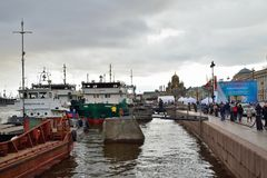 Le remorqueur Reydovy-50, et la péniche Utimes ont amarré au lieutenant Sc Images libres de droits
