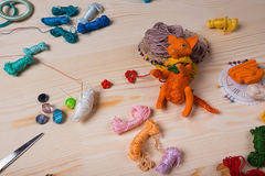 Le renard rouge de jouet a fait ses mains sur le fond en bois Photos libres de droits
