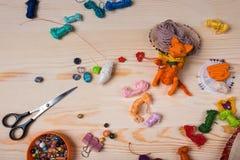 Le renard rouge de jouet a fait ses mains sur le fond en bois Photographie stock libre de droits