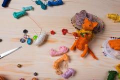 Le renard rouge de jouet a fait ses mains sur le fond en bois Photo libre de droits