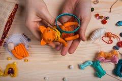 Le renard rouge de jouet a fait ses mains sur le fond en bois Images libres de droits
