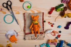 Le renard rouge de jouet a fait ses mains sur le fond en bois Photo stock
