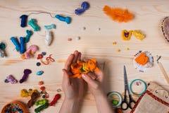 Le renard rouge de jouet a fait ses mains sur le fond en bois Image libre de droits