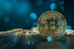 le rendu 3D d'une crypto pièce de monnaie de devise avec la lentille bleuâtre évase photo libre de droits
